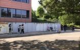 Die Mauer wird neu gestrichen.